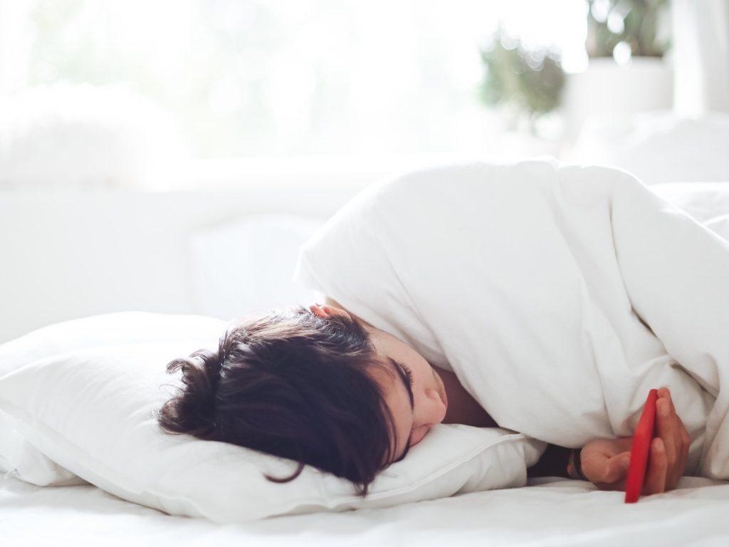 Cewek tidur main handphone